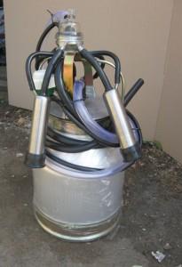 Фото: Алюминиевый бидон и присоски для доильного аппарата